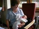 Chiara mit Oma